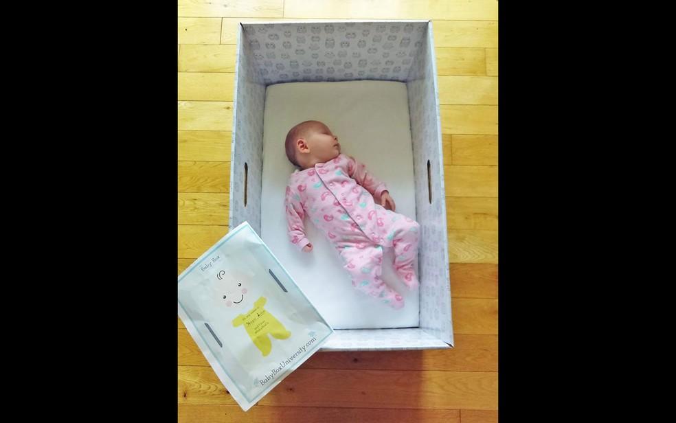 Caixas de papelão desenvolvidas para servirem como berço diminuem riscos para os bebês, diz estudo (Foto: Reprodução/Facebook/Baby Box Company)