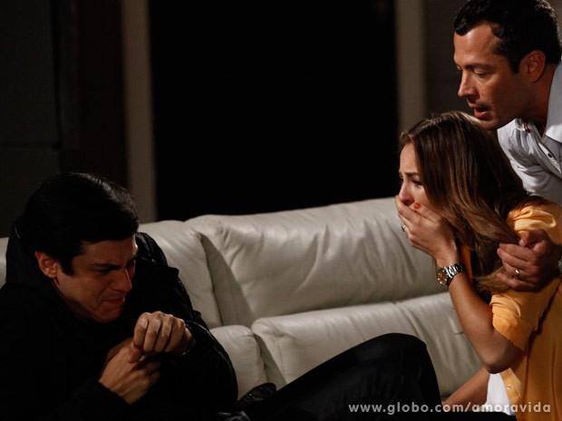 Paloma chora ao ouvir que Félix foi responsável pelo sequestro da filha (Foto: Inácio Moraes/TV Globo)