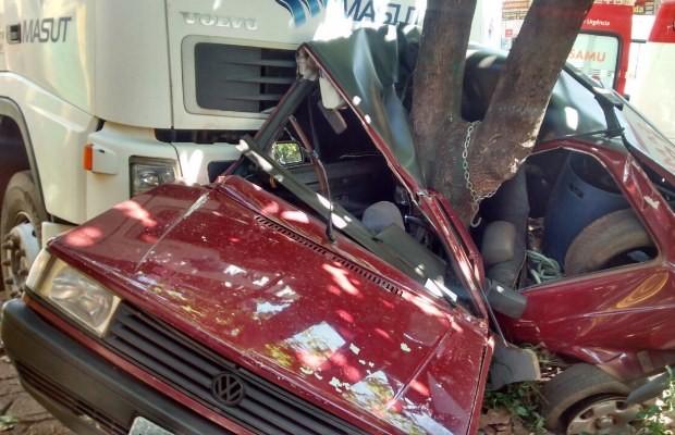 Carro ficou destruído após ser atingido por caminhão em Nerópolis, Goiás (Foto: Divulgação/ PRE)