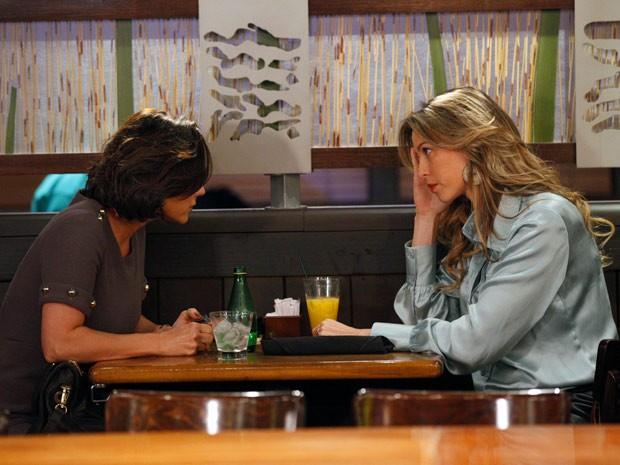 Vânia se arrepende de contar o que viu a Manoela (Foto: Guerra dos Sexos / TV Globo)