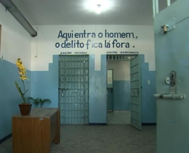 Sala da APAC tem mensagem positiva (Foto: Na Moral/TV Globo)