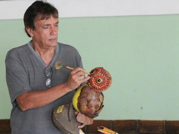 O artesão Vinícius Brasileiro é responsável pela exposição (Foto: Eduardo Gomes/Inpa)
