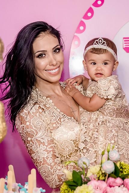 Bella Falconi com a filha, Vicky (Foto: Camille Toledo / Divulgação)