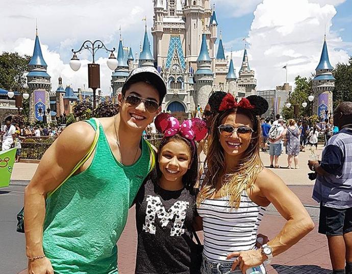 Nori, Flavinha e Jade posam em frente ao famoso castelo da Disney (Foto: Reprodução / Instagram)