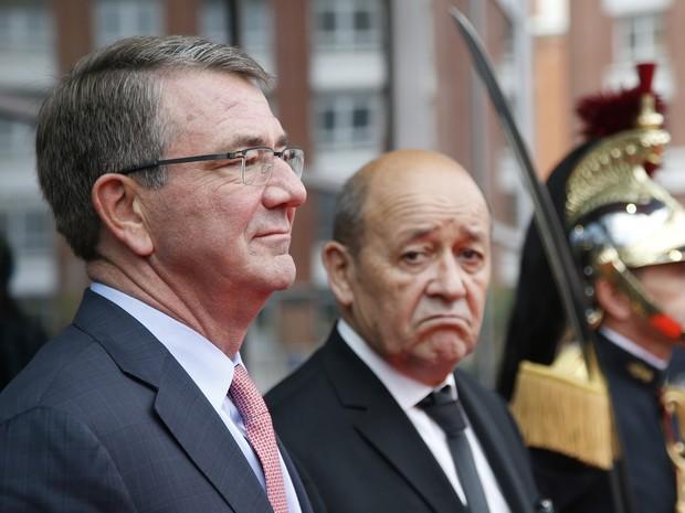 O secretário de Defesa dos EUA, Ashton Carter (esquerda), ao lado do ministro francês da Defesa, Jean-Yves Le Drian, durante chegada à reunião de representantes da coalizão que luta contra o Estado Islâmico, em Paris, na terça (25) (Foto: Charles Platiau/Pool Photo via AP)