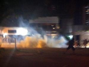 Pequeno grupo do #RevoltadoBusão e PM entra em confronto na avenida Hermes da Fonseca, em Natal (Foto: Igor Jácome/G1)