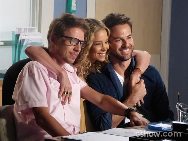 Amarilys toda amiga do casal... (Foto: Amor à Vida/TV Globo)