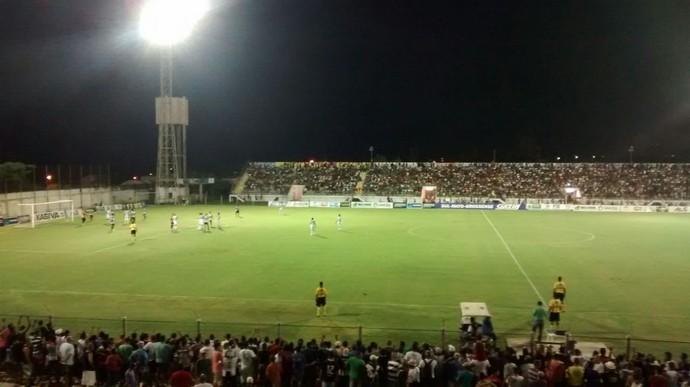 Lance entre Corumbaense e Ivinhema pela semifinal no estádio Arthur Marinho (Foto: Aguinaldo Soares/TV Morena)