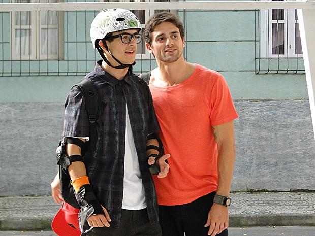 Na trama, o personagem César ensina Orelha a patinar (Foto: Malhação / TV Globo)