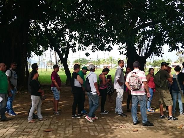 Pessoas chegaram bem cedo para entrar na feira do emprego (Foto: Guilherme Lucio/G1)