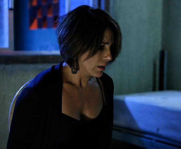 Beatriz se apavora ao ver a cobra (Foto: TV Globo)