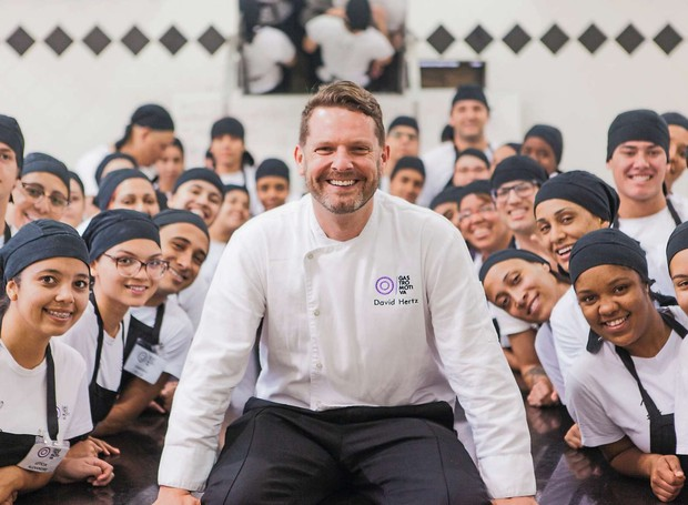 David Hertz com alunos da Gastromotiva: restaurante só para quem não pode pagar (Foto: Divulgação)