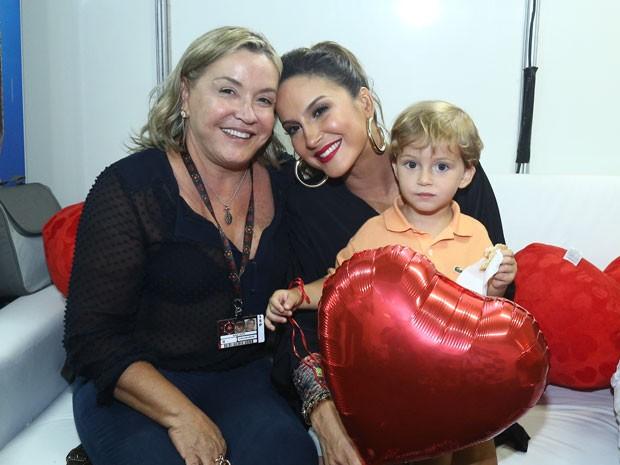Claudinha é só chamego com a mãe, dona Ilda, e com o caçula, Rafael no colo (Foto: Raphael Dias/Gshow)