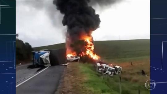 Acidente com carreta, ônibus e ambulâncias mata 21 no ES