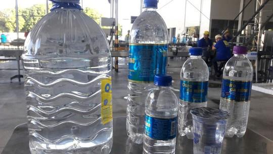 Água mineral vendida nas ruas tem produção complexa e prazo de validade