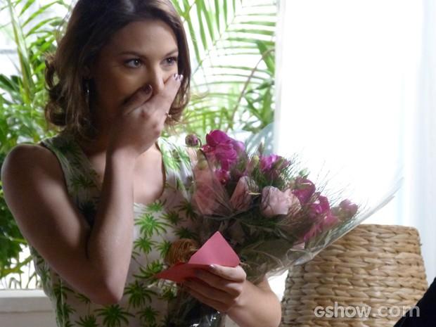 A garota fica surpresa ao saber que as flores não foram mandadas por Martin (Foto: Malhação / TV Globo)