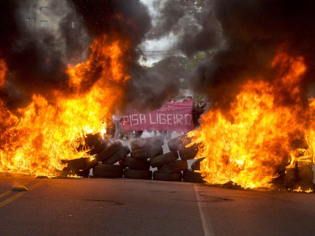 Grupo de manifestantes sem-teto faz o bloqueio da Avenida Giovanni Gronchi com pneus em chamas, na Zona Sul de São Paulo. Na faixa ao fundo, a frase: 'Temer, pisa ligeiro'. O trânsito ficou complicado na região (Foto: Marcelo Gonçalves/Sigmapress/Estadão Conteúdo)