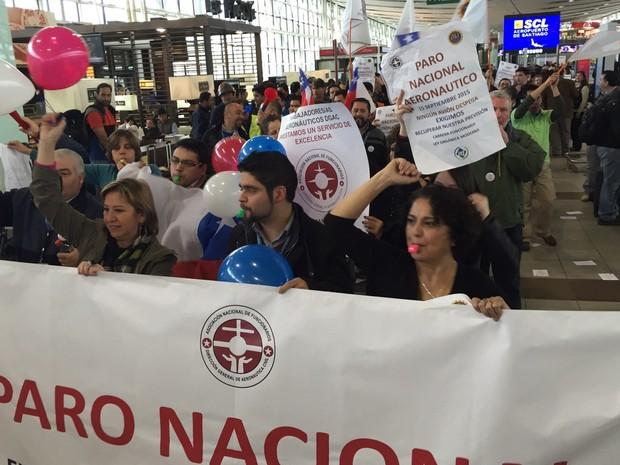 Manifestantes no Aeroporto de Santiago durante paralisação dos  controladores de voo  (Foto: Renata Silva/ VcnoG1)
