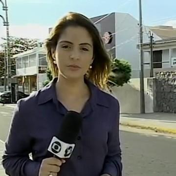 Renata Albuquereque grava reportagem para o GRTV 2ª edição (Foto: Reprodução/TV Grande Rio)