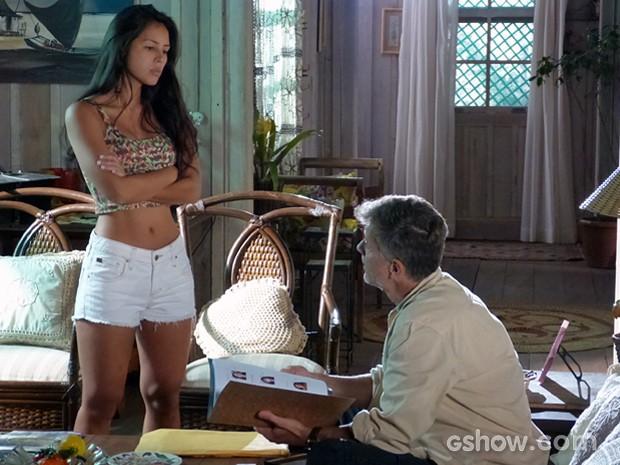 Fátima entrega a cópia do dossiê a Kléber, mas ele diz não ligar mais para isso (Foto: Além do Horizonte/TV Globo)