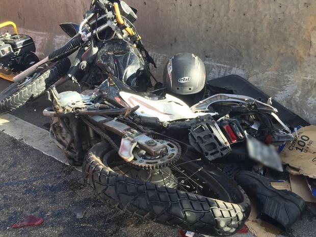Acidente entre moto, carro e caminhão aconteceu no Viaduto Major Ciraulo (Foto: Walter Paparazzo/G1)