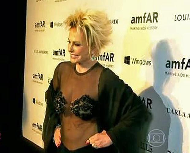 Ana Maria mostra vestido (Foto: Mais Você/TV Globo)