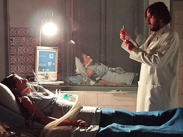 Capanga de Melissa iria injetar líquido mortal em Angélica (Foto: Amor Eterno Amor/TV Globo)