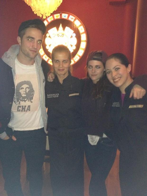 Robert Pattinson e Kristen Stewart no restaurante Mestizo, em Londres (Foto: Reprodução/ Facebook)