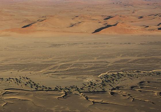 O leito do rio Tsauchab, a estrada de acesso ao Parque Nacional Namib-Naukluft e as dunas vermelhas  (Foto: © Haroldo Castro/ÉPOCA)