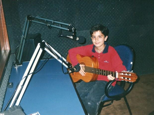 Luan novinho já mostrando intimidade com o instrumento musical (Foto: Arquivo pessoal cedido ao Sai do Chão)