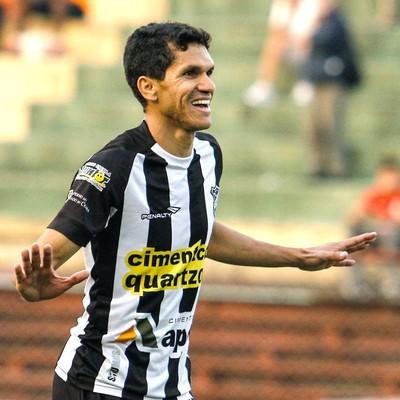 Magno Alves comemora gol do Ceara contra a Portuguesa (Foto: Alé vianna / Agência estado)