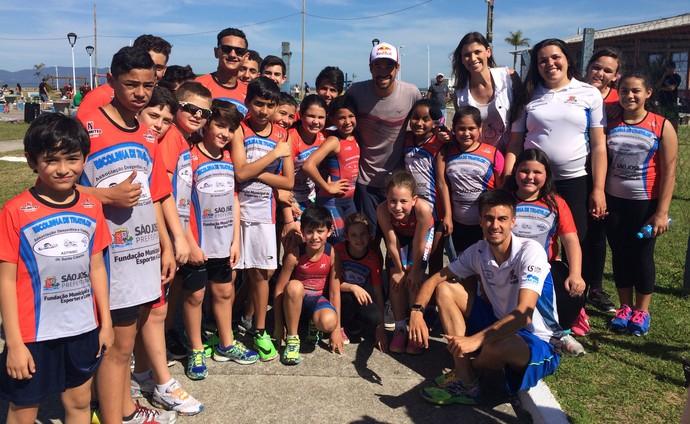 Crianças aproveitaram para tirar foto com ídolo do triathlon.  (Foto: RBS TV/Divulgação )