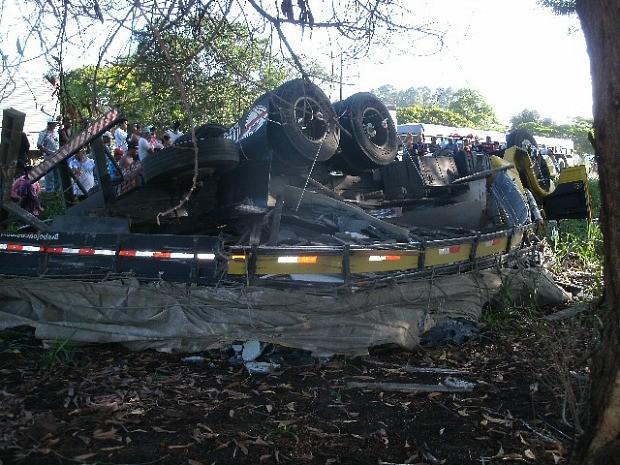 Carreta tombou fora da BR-101 em São Mateus (Foto: Divulgação/PRF)