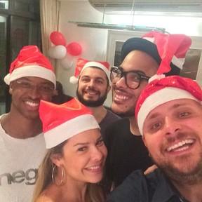 Thiaguinho e Fernanda Souza com o produtor Leo Fuchs e amigos em festa no Rio (Foto: Instagram/ Reprodução)