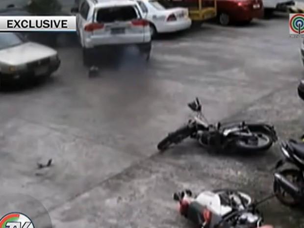 Motorista derrubou motos e colidiu contra outros veículos (Foto: Reprodução/YouTube/WarMiner Pogi)