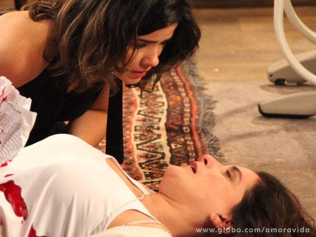 Mariah morre após levar uma tesourada (Foto: Carol Caminha/TV Globo)