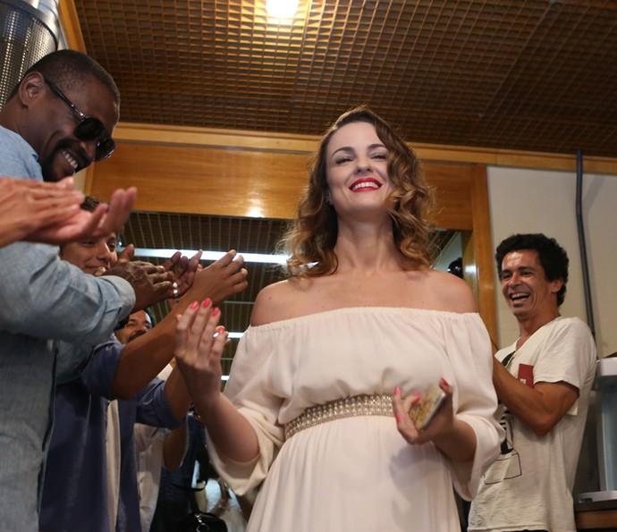 Grávida, Carolina Kasting recebe o carinhos dos colegas prestes a se despedir de Rosa (Foto: Carol Caminha/Gshow)