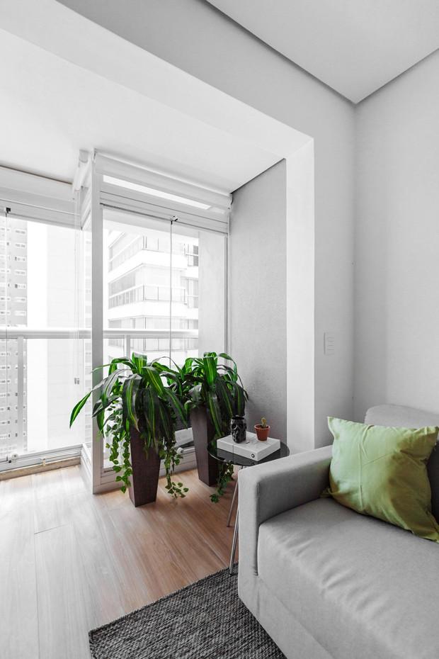 VARANDA | Para aproveitar melhor os espaços, a varanda foi integrada ao living. Mesa lateral da Tok&Stok (Foto: Daniel Lee/Divulgação)
