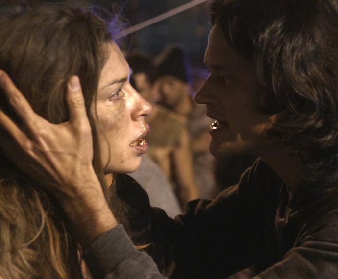 O missionário Emanoel encontra Larissa em uma situação deplorável e oferece ajuda (Foto: TV Globo)