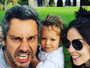 Alexandre Nero posa com a família em spa com diárias de mais de R$ 1 mil