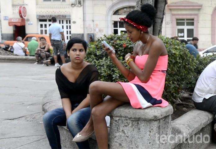 Cubana utiliza o Wi-Fi da praça  (Foto:  Cristina Tronco)