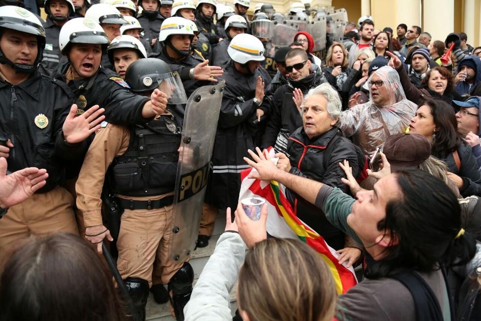 Servidores de Curitiba invadem Câmara Municipal no dia da votação do 'pacotaço' de ajuste fiscal  (Foto: Rodrigo Fonseca)
