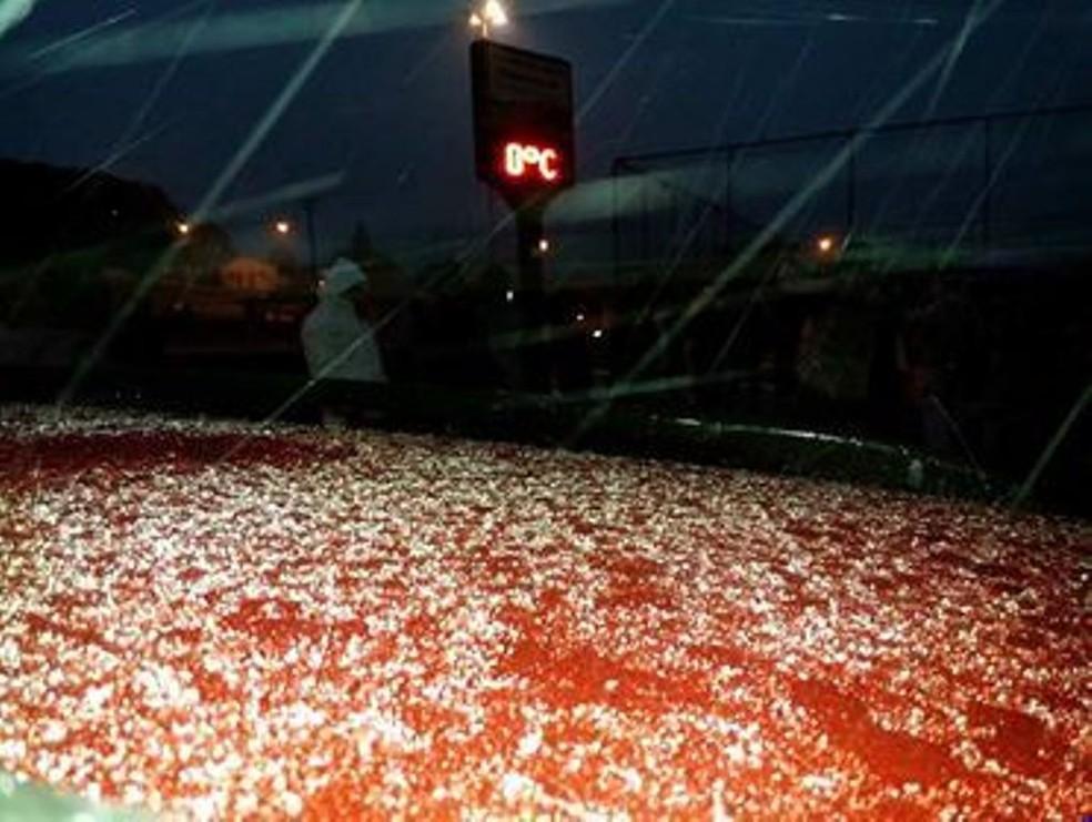 Em Urupema, a chuva congelada chegou pouco antes das 18h desta segunda (Foto: Marcelo Macedo/Divulgação)