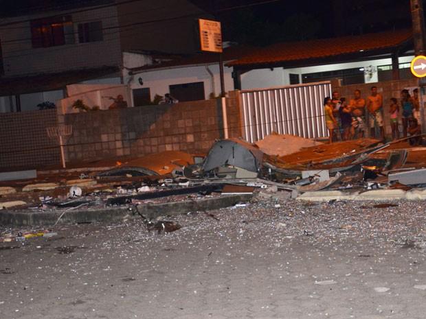 Central de autoatendimento bancário ficou destruída após explosão em João Pessoa (Foto: Walter Paparazzo/G1)