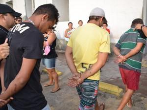 Presos na Operação 'Esqueleto' são encaminhados para Central de Polícia em João Pessoa (Foto: Walter Paparazzo/G1)