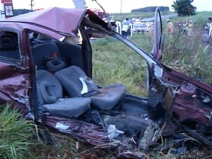 Carro ficou destruído após acidente (Foto: Reprodução / TV TEM)
