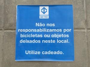 Placa alerta para responsabilidade do usuário (Foto: Nathália Duarte/G1)