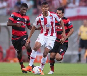Náutico e Atlético-GO (Foto: Aldo Carneiro (Pernambuco/Press))