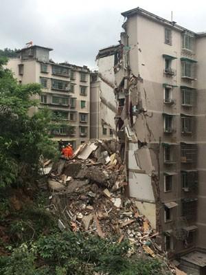 Equipes de resgate trabalham nos destroços de um prédio que desabou na China (Foto: China Daily/Reuters)