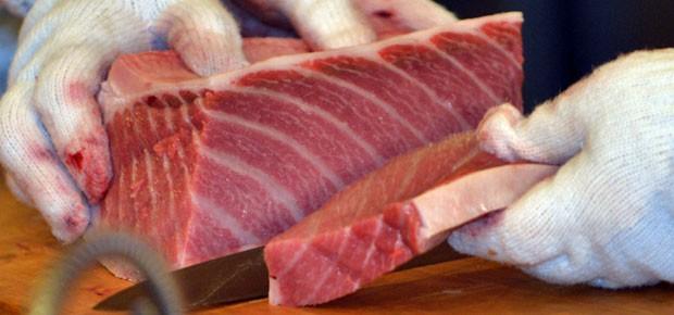 Pedaço do atum de 222kg é servido em Tóqui (Foto: Yoshikazu Tsuno/AFP)